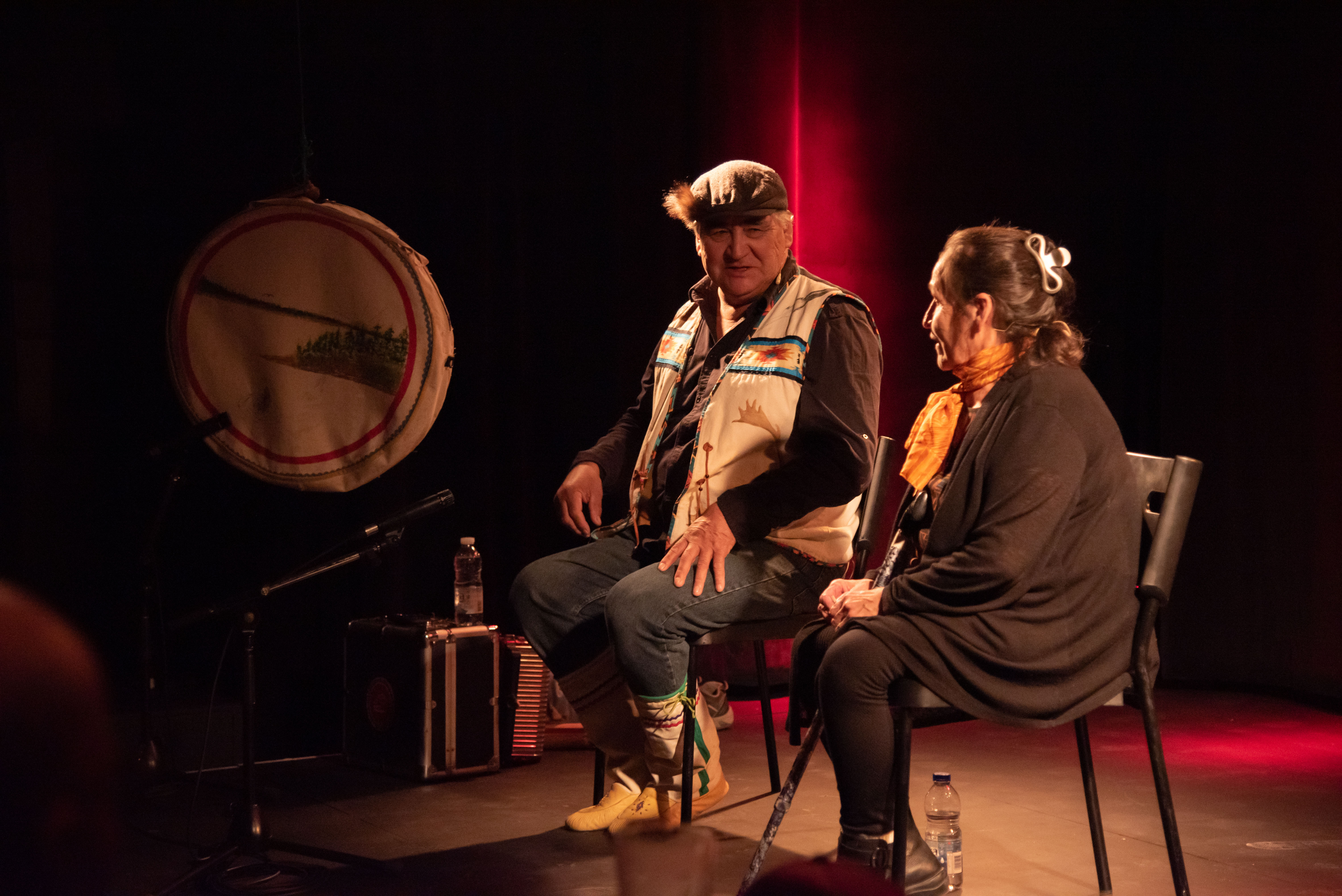 Charles Api Bellefleur raconte la légende Tshakapesh dans sa langue maternelle, la langue innue, avec une traduction en directe par Joséphine Bacon, au Petit Théâtre Outremont. Montréal, le 23 octobre 2019.