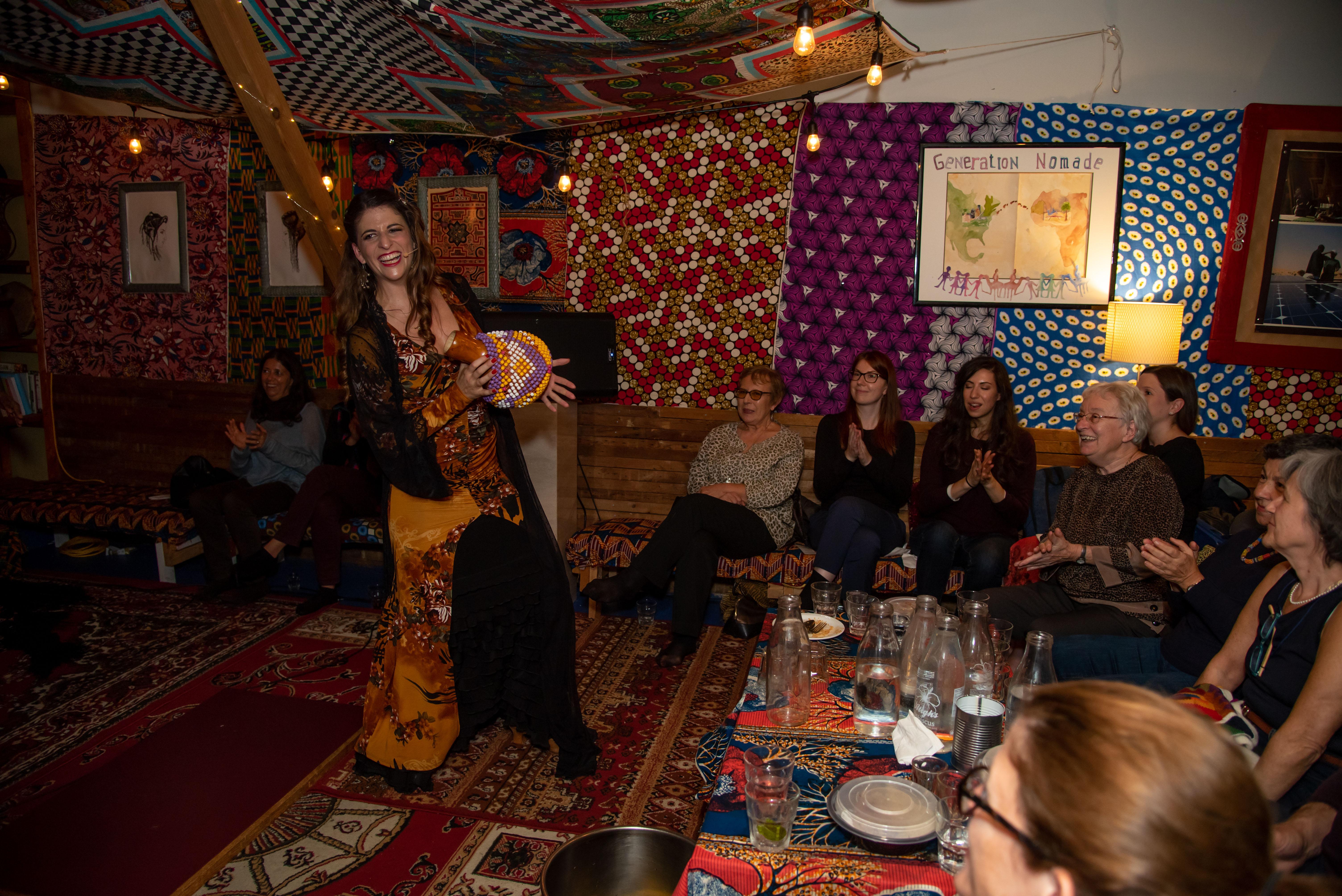 Tamar Ilana, danse et chante avec le public au restaurant La Khaïma. Montréal, le 24 octobre 2019.